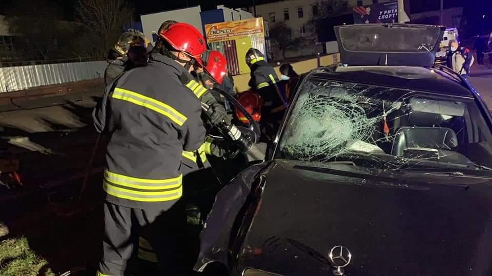 Керманич у Рівному в'їхав у стовп, пасажира діставали з понівеченої автівки