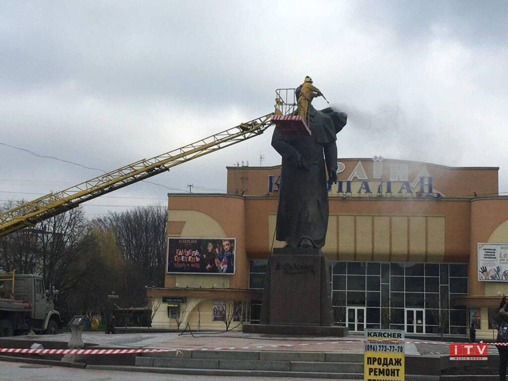 У Рівному помили пам'ятник Тараса Шевченка (ВІДЕО)