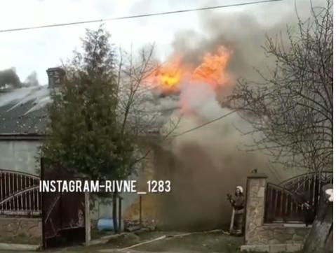 У Острозі горить приватний будинок (ВІДЕО)
