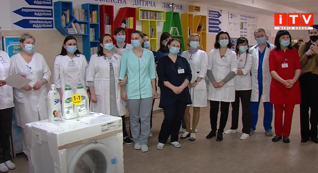 В обласну дитячу лікарню благодійники передали подарунки напередодні Великодня (ВІДЕО)