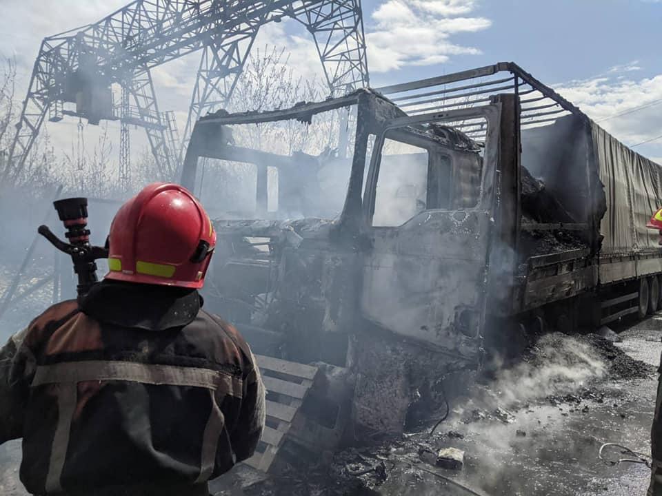 У Здолбунові вщент вигоріла вантажівка з деревним вугіллям