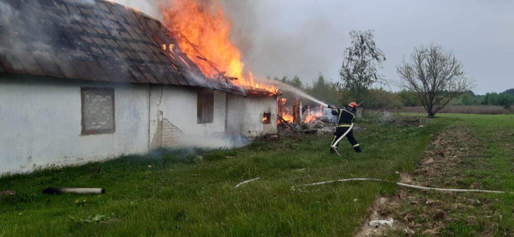 На Рівненщині горіла покинута будівля