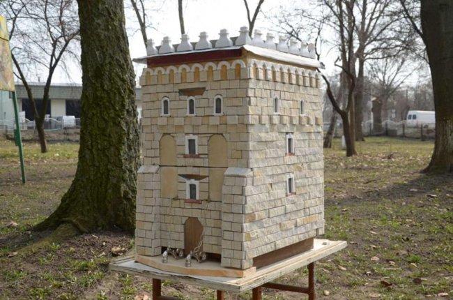 Митець з Дубна зробив вежу Луцького замку для бджіл (ФОТО)