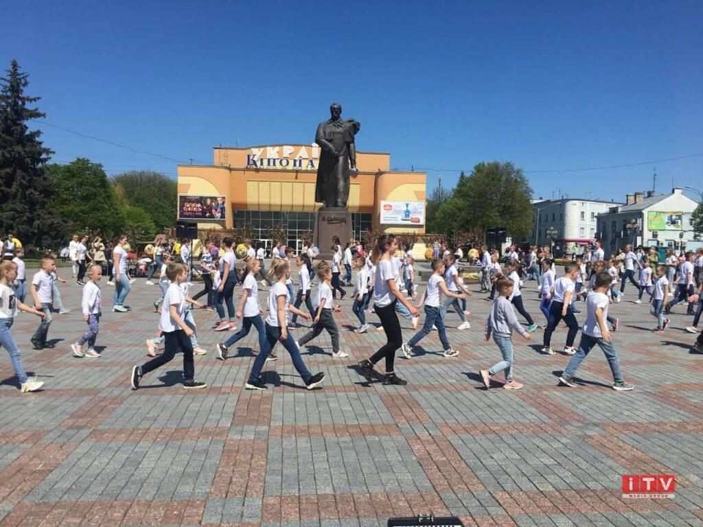 У центрі Рівного танцювали півтори сотні дітей (ВІДЕО, ФОТО)