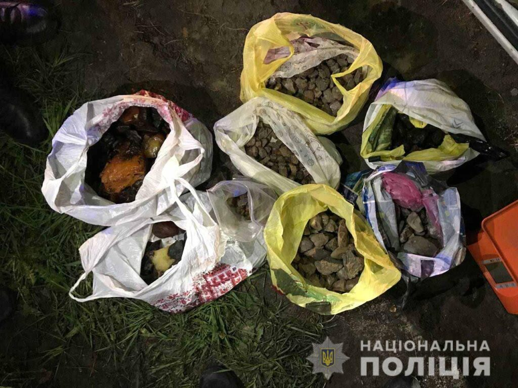 Двох жителів Рівненщини викрили на незаконному перевезенні 20 кілограмів бурштину