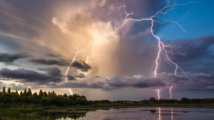 Перший рівень небезпеки: на Рівненщині прогнозують сильний вітер та грози