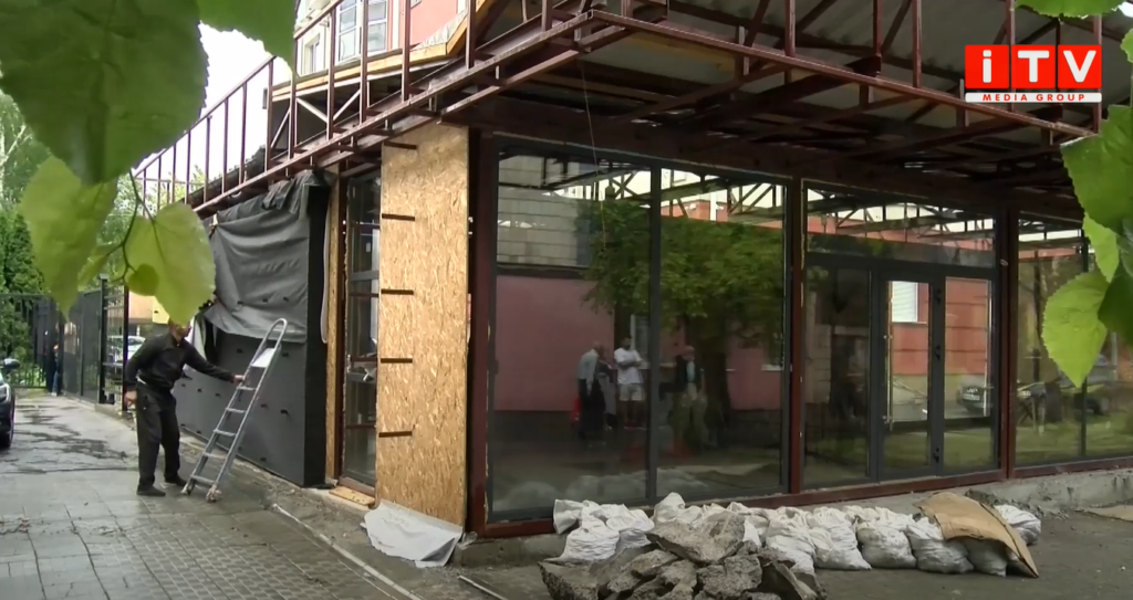Біля пам'ятника жертвам Чорнобиля будують кафе: мешканці сусідніх будинків незадоволені (ВІДЕО)