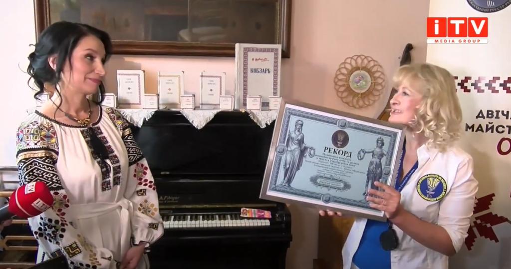 Понад пів мільйона вишитих літер та знаків: Олена Медведєва вдруге встановила Рекорд України (ВІДЕО)