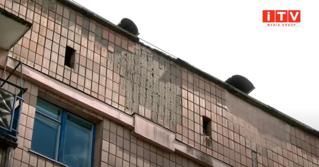 У Рівному під час негоди з будинку падали бетонні брили (ВІДЕО)