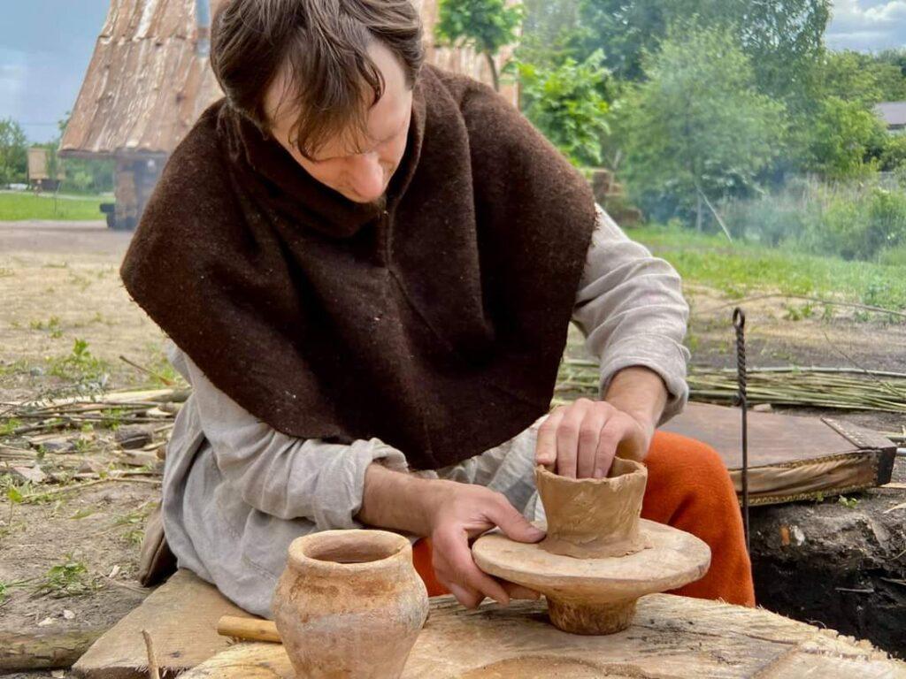 На Оствиці у Рівному розпочали виготовляти глиняні горщики (ФОТО)